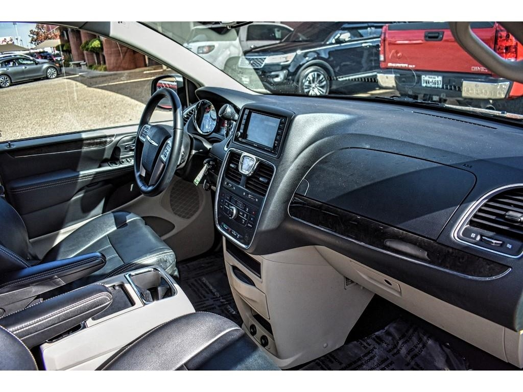 2016 Chrysler Town & Country Touring /