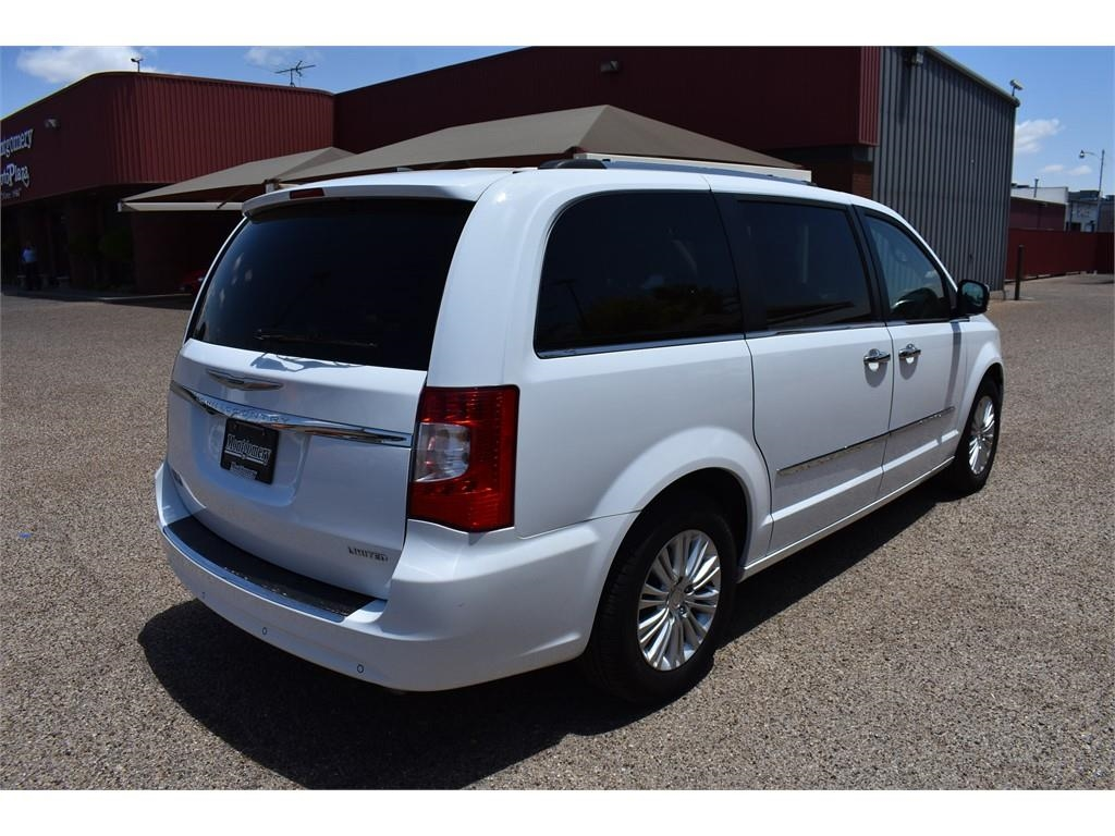 2016 Chrysler Town & Country Limited /